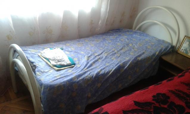 Shitet nga person privat nje krevat tek i bardhe me dyshek dhe suste