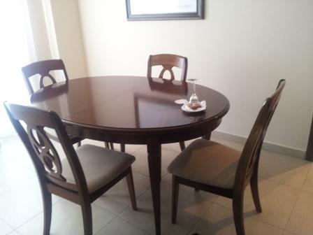 Tavoline buke druri rrethore me 4 karrige